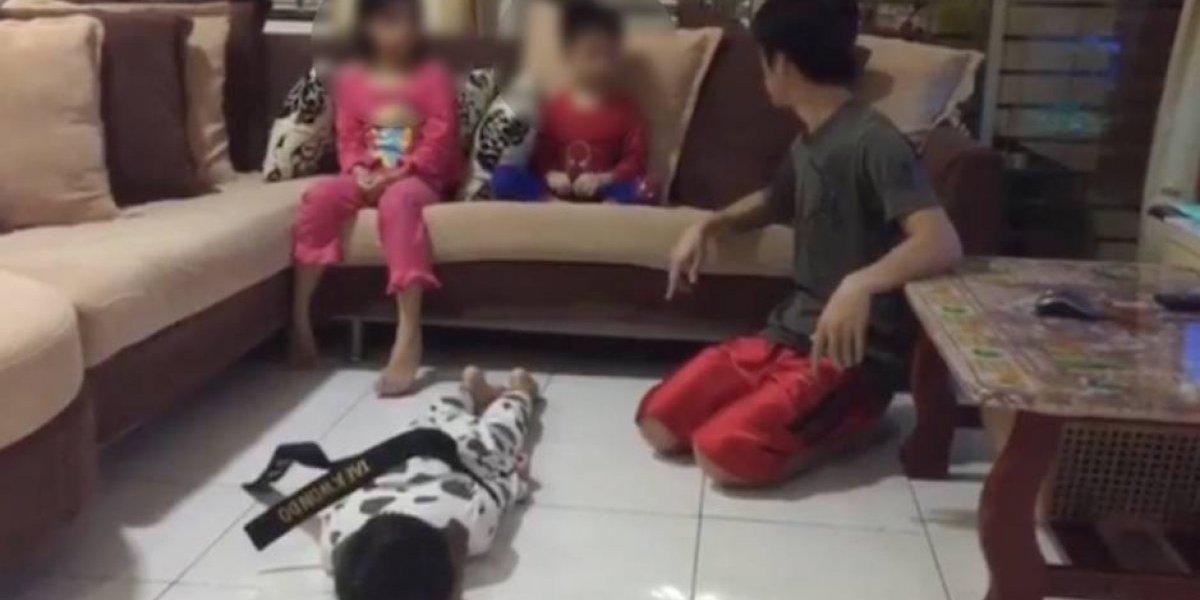 """¿Una brutal forma de aprender? Amarra a su hijo que golpeó a su hermano menor y le da la opción al más pequeño de """"vengarse"""" o perdonarlo"""
