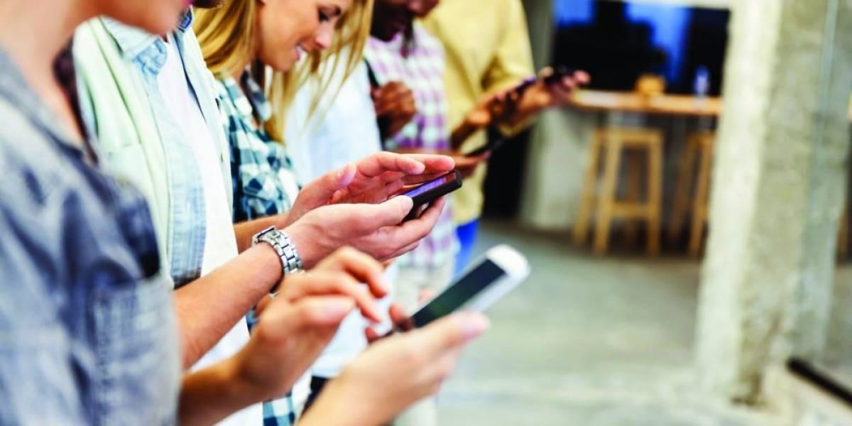 Más del 38% de los chilenos son dependientes de su celular