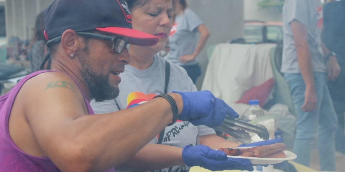 Jóvenes brindan alimentos a personas sin hogar