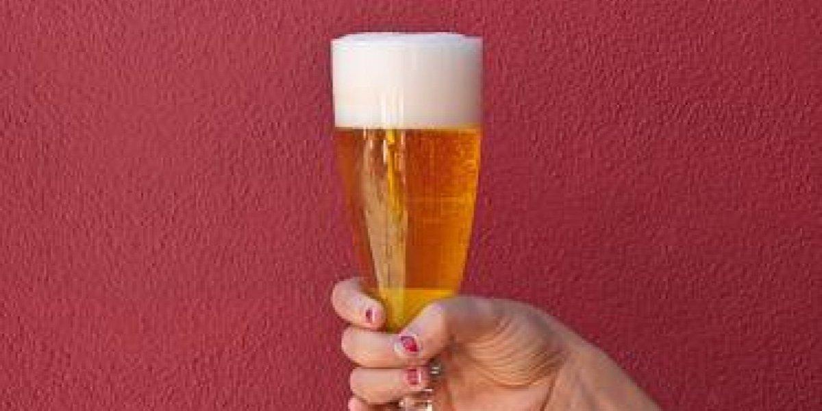 ¿Qué tan borracha estaba?: mujer hizo notable descubrimiento en su vaso de cerveza y todos en las redes sociales enloquecieron