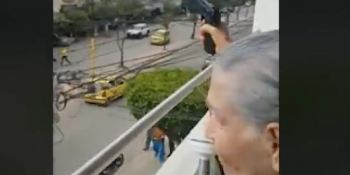 En pleno partido de Colombia, abuela salió al balcón a hacer disparos al aire