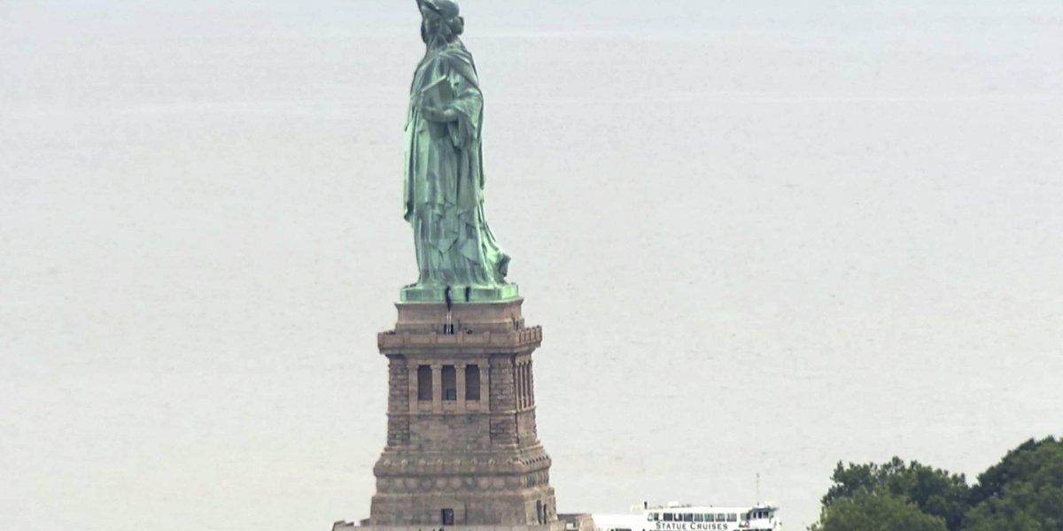 Baja escoltada por la policía mujer que escaló Estatua de la Libertad