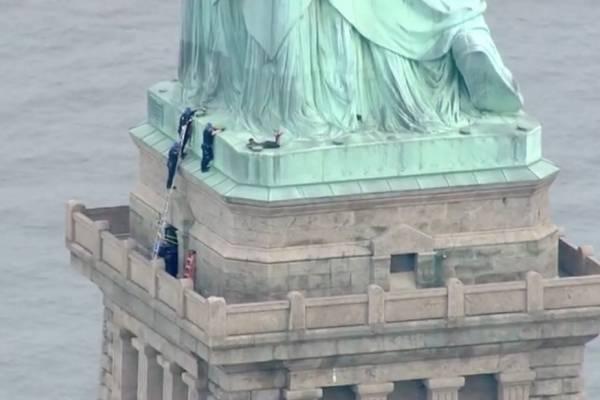 mujer estatua de la Libertad