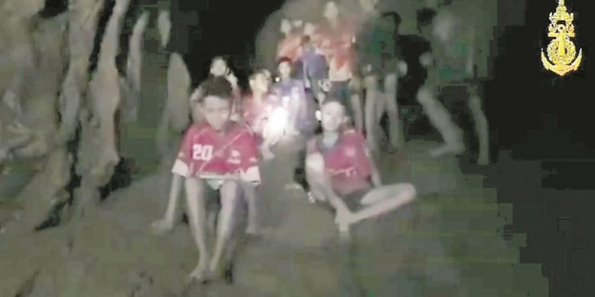 """Miembro de """"los 33"""" envía mensaje a niños atrapados en Tailandia"""