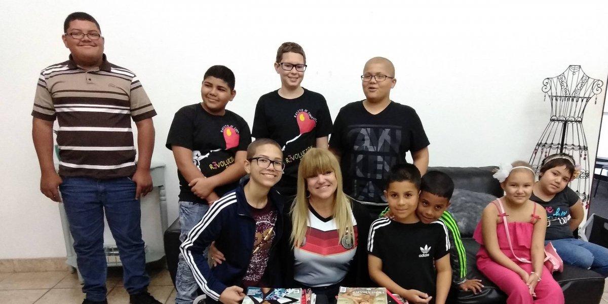 Niños pacientes de cáncer toman un taller de diseño con Lisa Thon