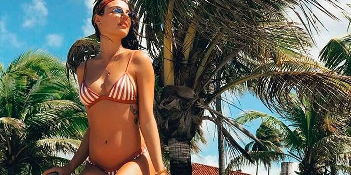 Isis Valverde posa de biquíni e exibe a barriguinha da gravidez