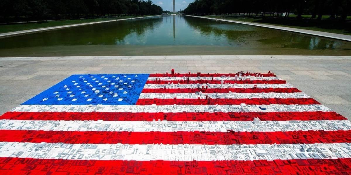 Lego celebra el 4 de Julio creando una gigantesca bandera de los Estados Unidos, hecha completamente de bloques