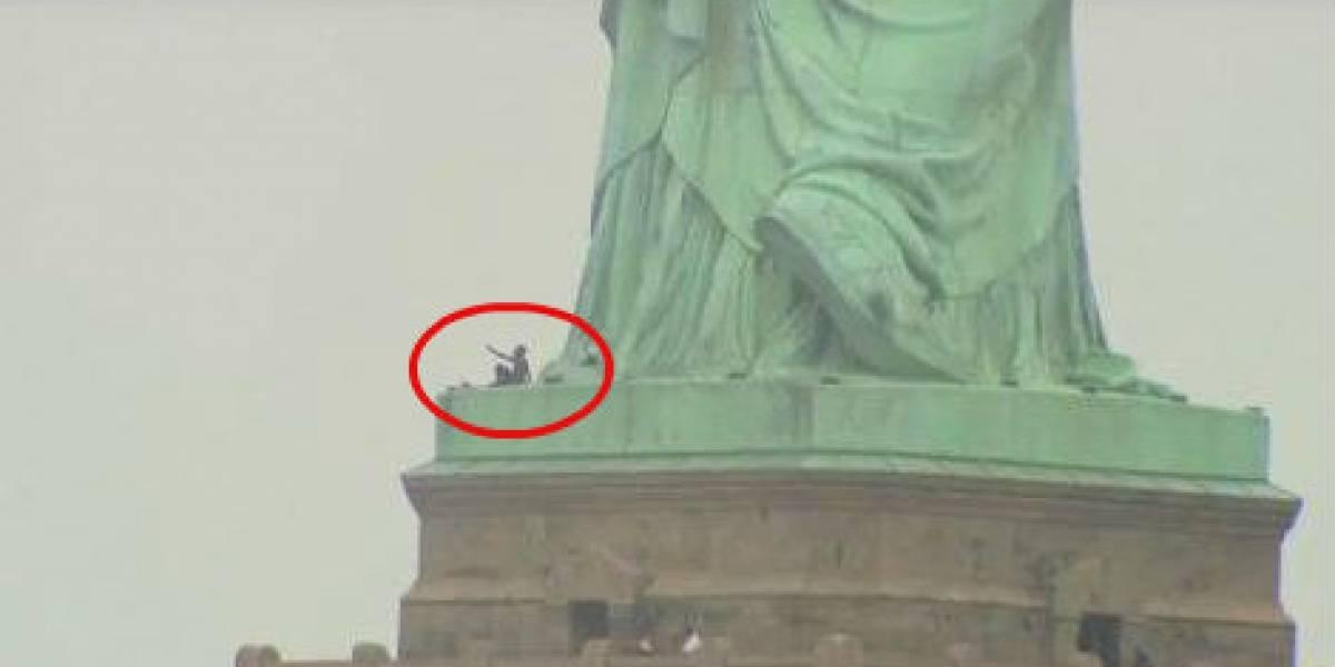 VIDEO: Mujer sube a Estatua de la Libertad en protesta contra Trump