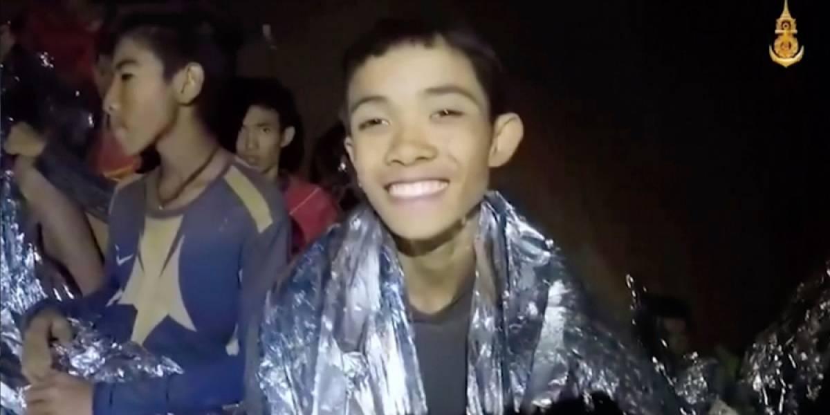 Niños atrapados en cueva de Tailandia saldrían en grupos