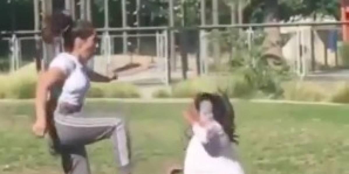 ¡Salió mal! Mujer patea la cara de su hermana, intentando botar vaso de su cabeza