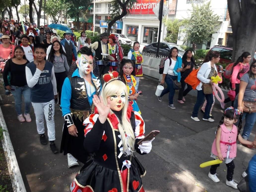 Decenas de payaso siguen la tradición de visitar a la Virgen de Guadalupe. Foto: Daniel Flores