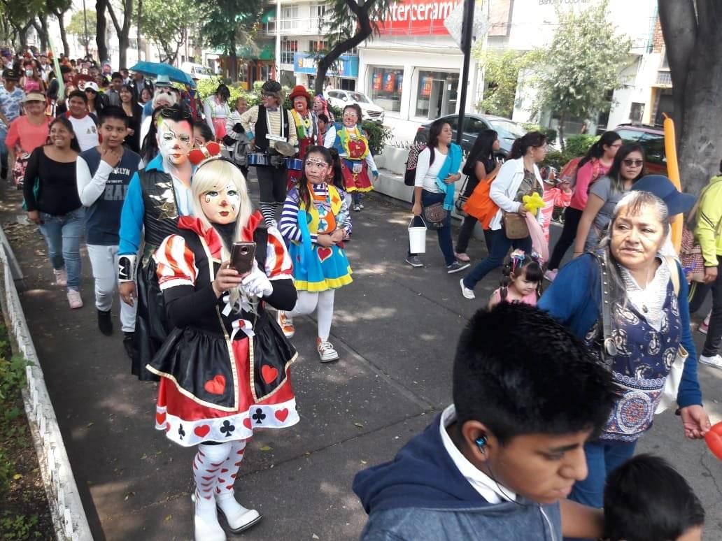 Entre bromas, música y disfraces multicolores avanzaron sobre Calzada de Guadalupe. Foto: Daniel Flores