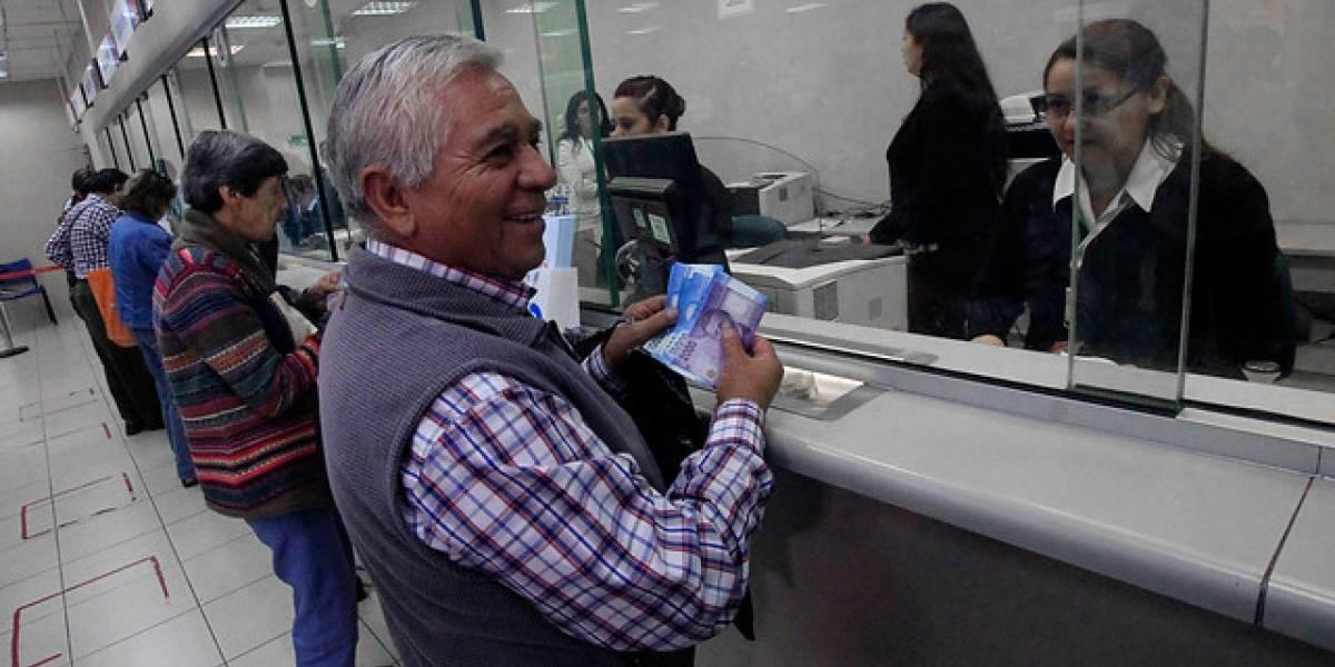 Gobierno anuncia medidas para que adultos mayores puedan acceder a productos bancarios