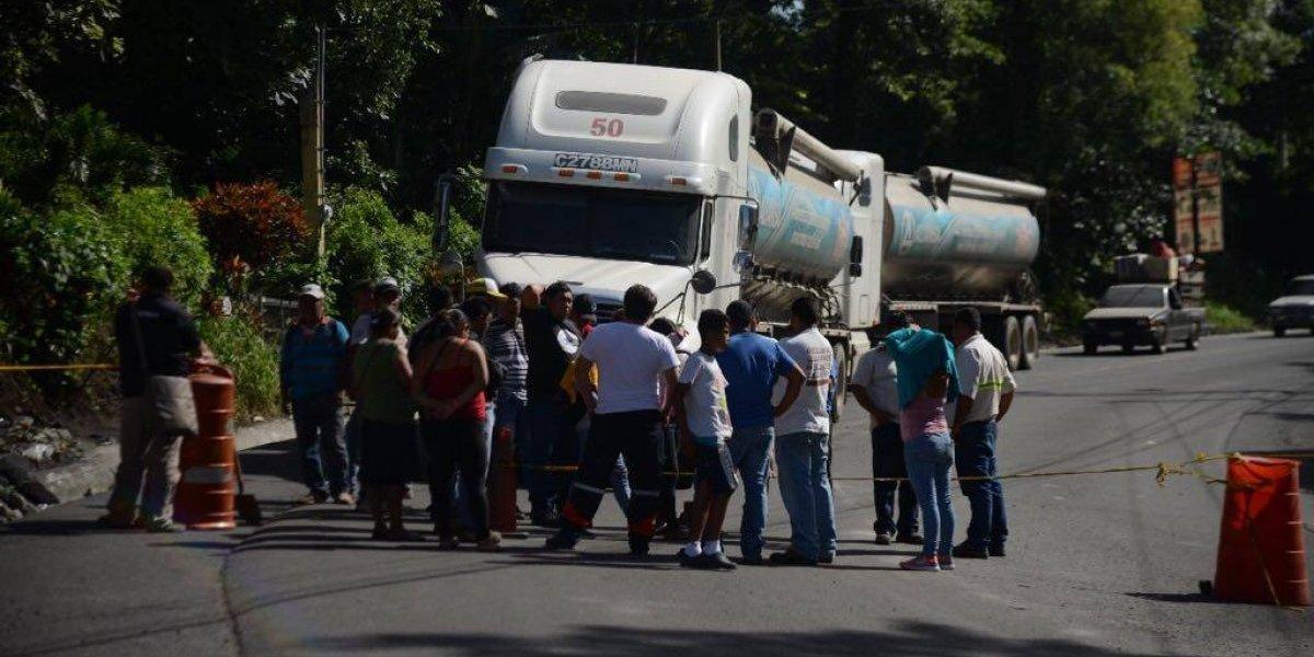 Pobladores bloquean RN-14 para exigir que les permitan continuar búsqueda de víctimas del volcán