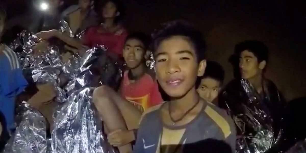 Médico e soldados ajudam adolescentes presos em caverna na Tailândia