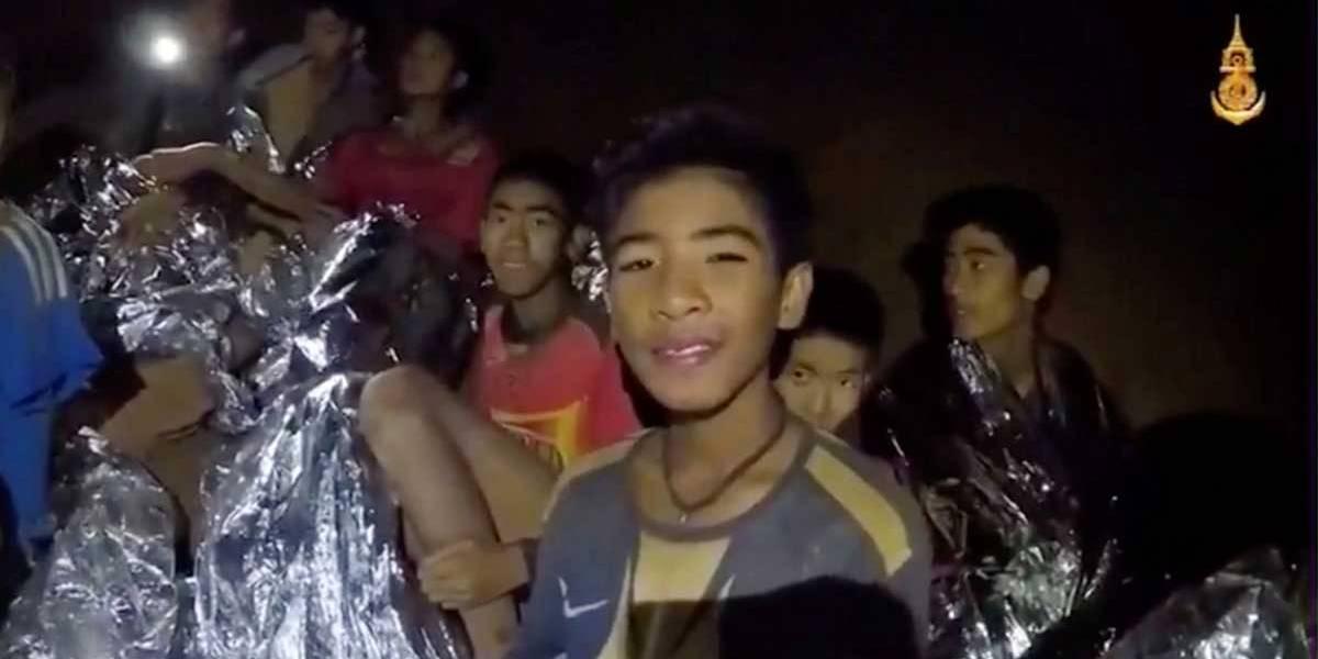 Jovens presos em caverna trocam cartas com pais na Tailândia