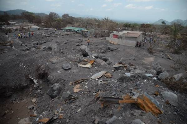 Suben a 121 los muertos por erupción del volcán en Guatemala