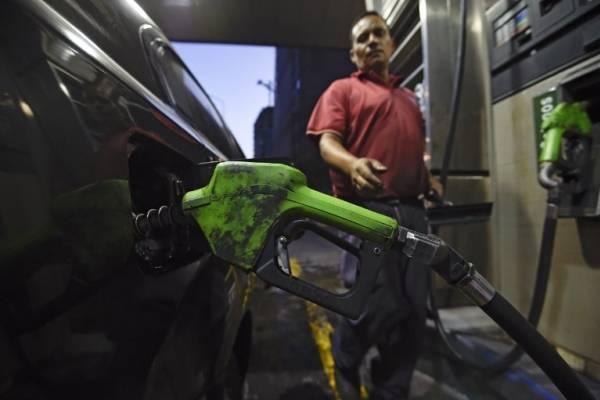 Un venezolano le echa combustible a su vehículo