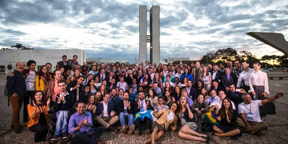 """Luz, selfies, eleição: a formatura dos """"aprendizes"""" que prometem renovar política no Brasil"""