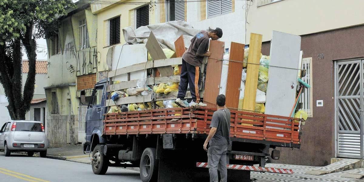 Catadores clandestinos saqueiam o material reciclado em São Caetano