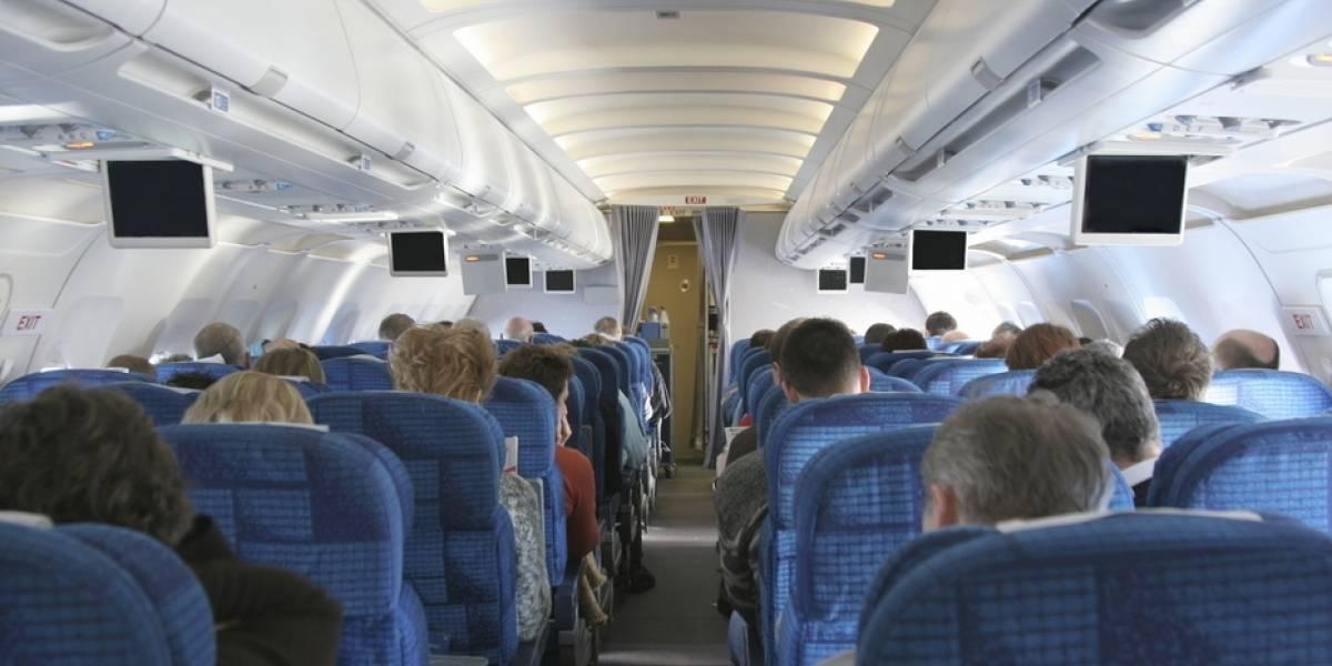 Joven cambió de asiento en avión para hacer una linda acción y tuvo recompensa: encontró el amor en pleno vuelo y con un famoso