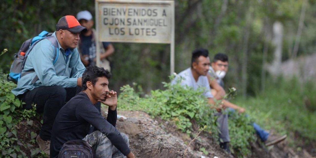 Voluntarios buscan a víctimas de la erupción en San Miguel Los Lotes