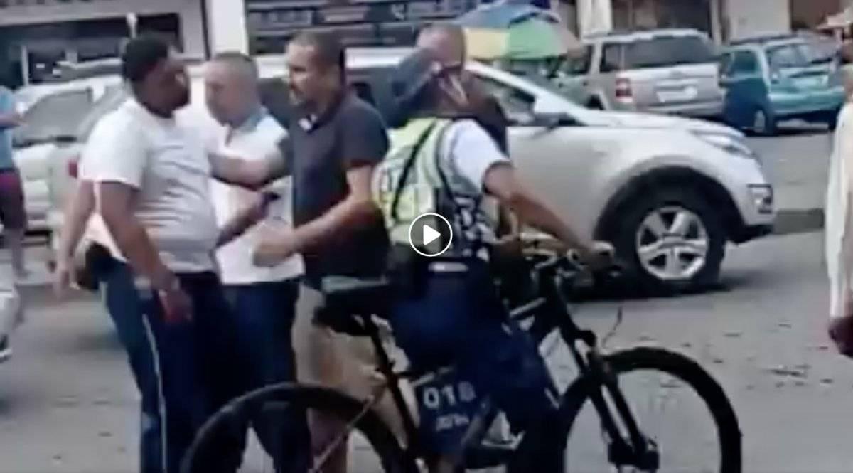 Pelea entre un agente de la ATM y chofer se vuelve viral