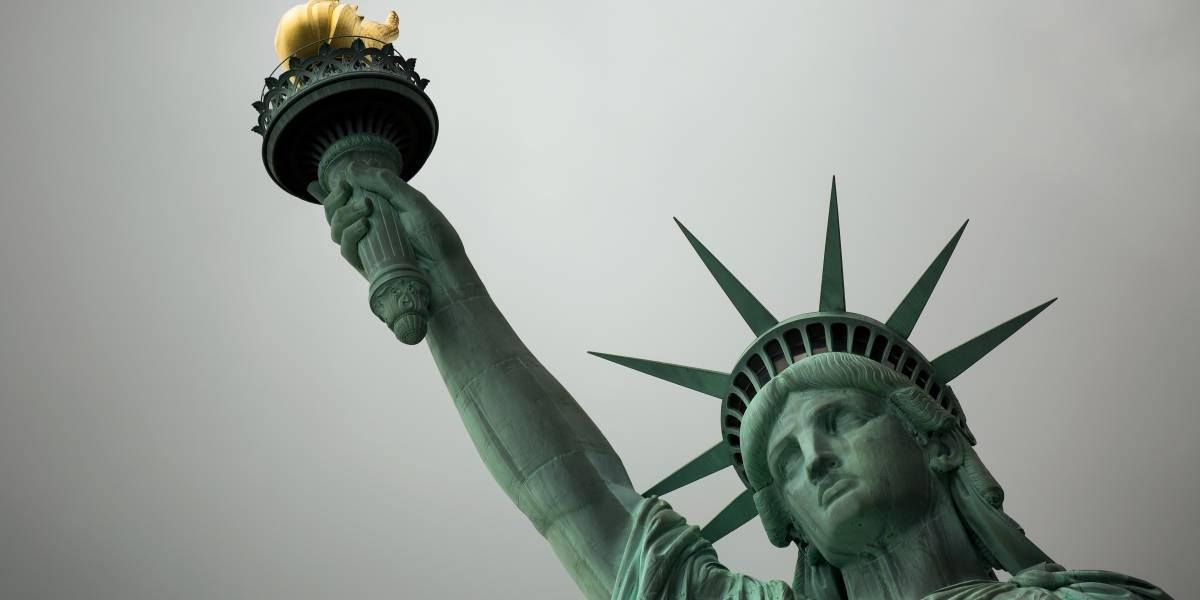 """""""Hasta que todos los niños sean liberados"""": la combativa mujer que escaló la estatua de la Libertad en protesta por la ley antimigración"""