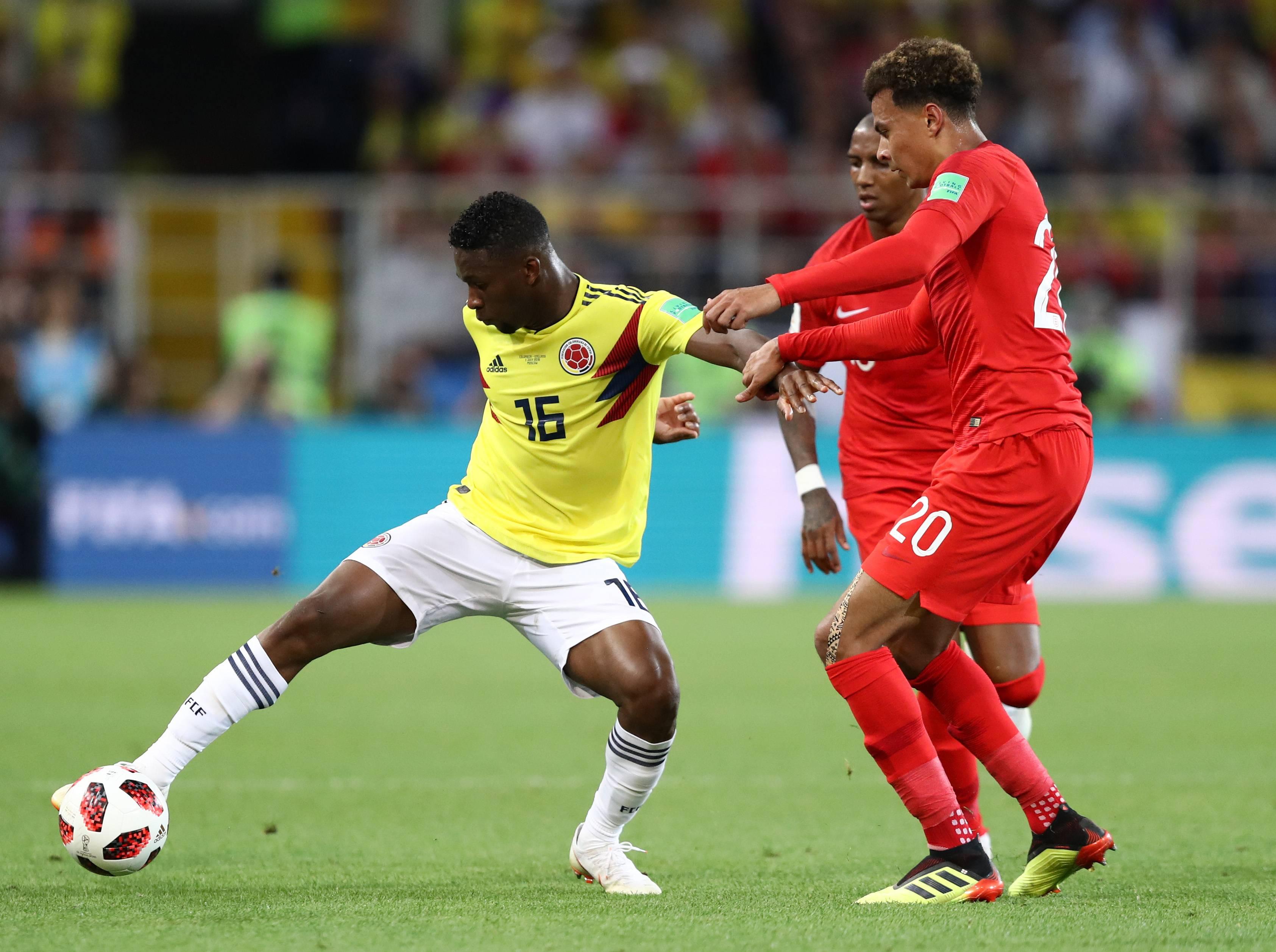 Colombianos hacen recolección de firmas para reclamar ante la FIFA decisiones arbitrales en el partido contra Inglaterra
