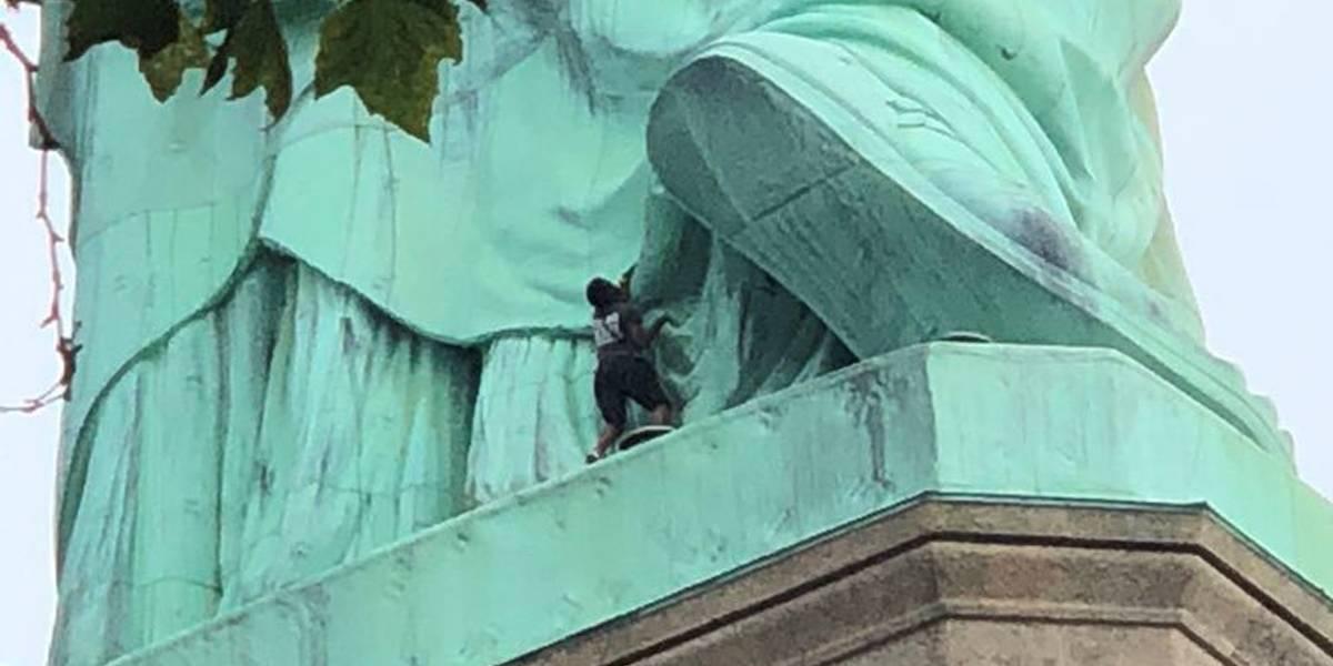 Mulher que escalou Estátua da Liberdade será acusada em corte federal, diz jornal