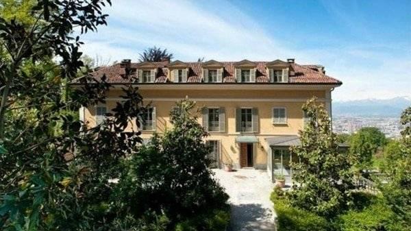 La casa se ubica sobre una colina Furbatto.it