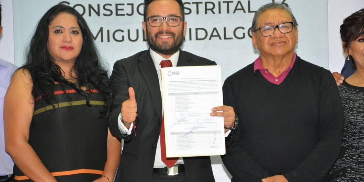 Recibe Víctor Hugo Romo constancia que lo avala alcalde de Miguel Hidalgo