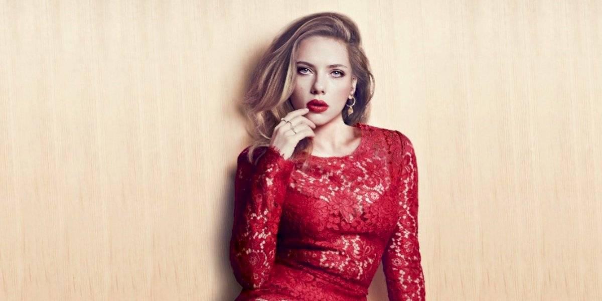 El tremendo escote de Scarlett Johansson hace evidente su reducción de senos
