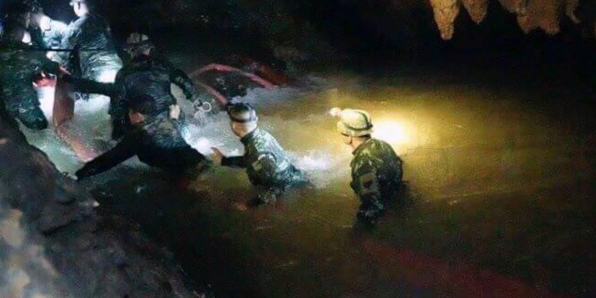 Muere marino en medio de rescate de niños atrapados en cueva en Tailandia