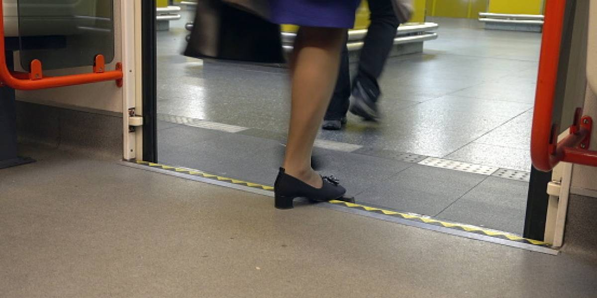 """Mujer con la pierna """"retorcida y ensangrentada"""" entre el vagón y  andén del metro ruega: """"Por favor no llamen a la ambulancia, cuesta demasiado"""""""