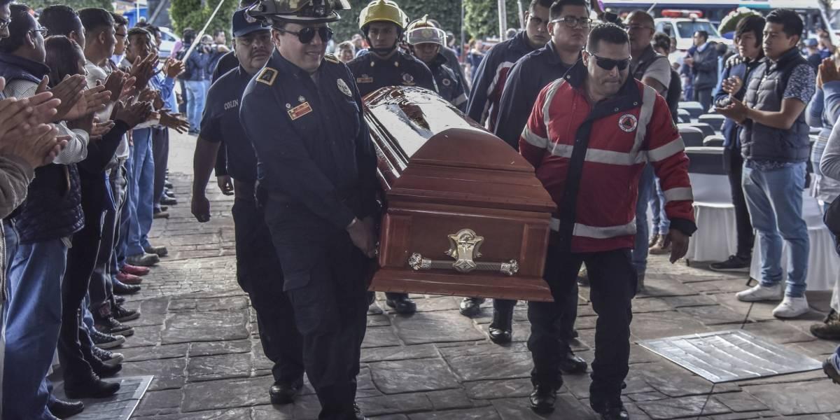 Rinden homenaje a bomberos que murieron por explosión en Tultepec