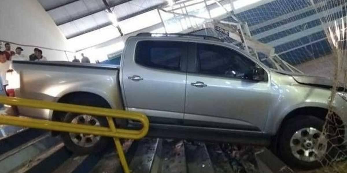 Caminhonete invade ginásio e mata secretário no Paraná
