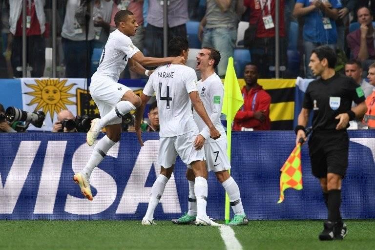 La celebración de Varane y Mbappé con Griezmann tras su gol