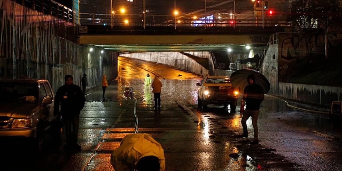 Pasos bajo nivel inundados, calles anegadas, semáforos apagados y casi 15 mil clientes sin electricidad: los estragos tras intensas lluvias en Santiago