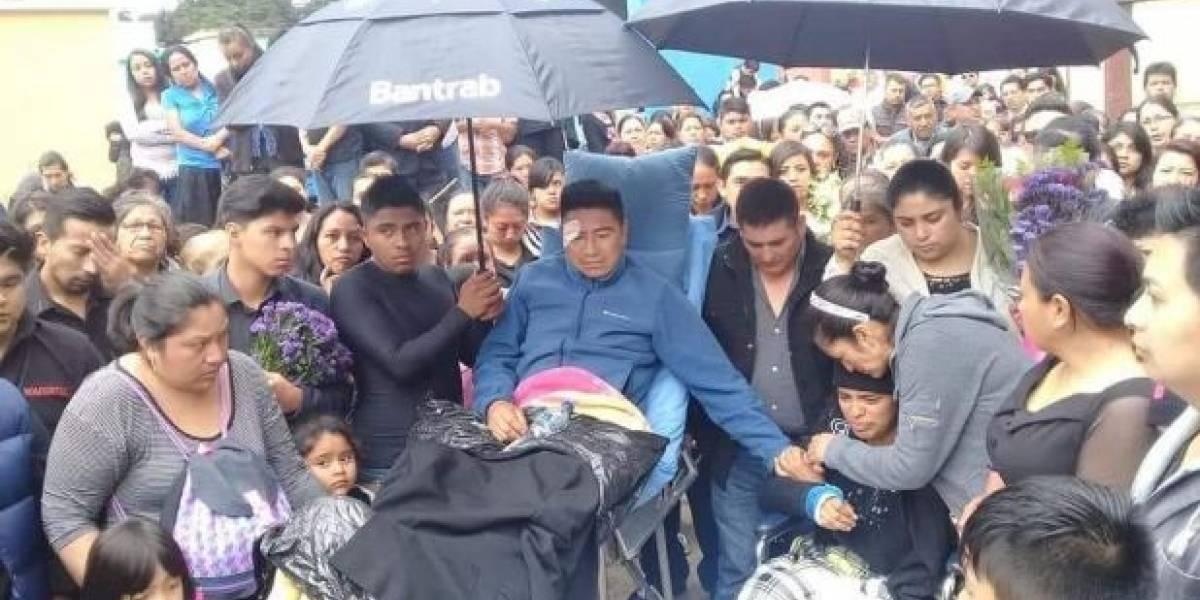 Después de ser atropellados, padres salen del hospital para despedir a su bebé
