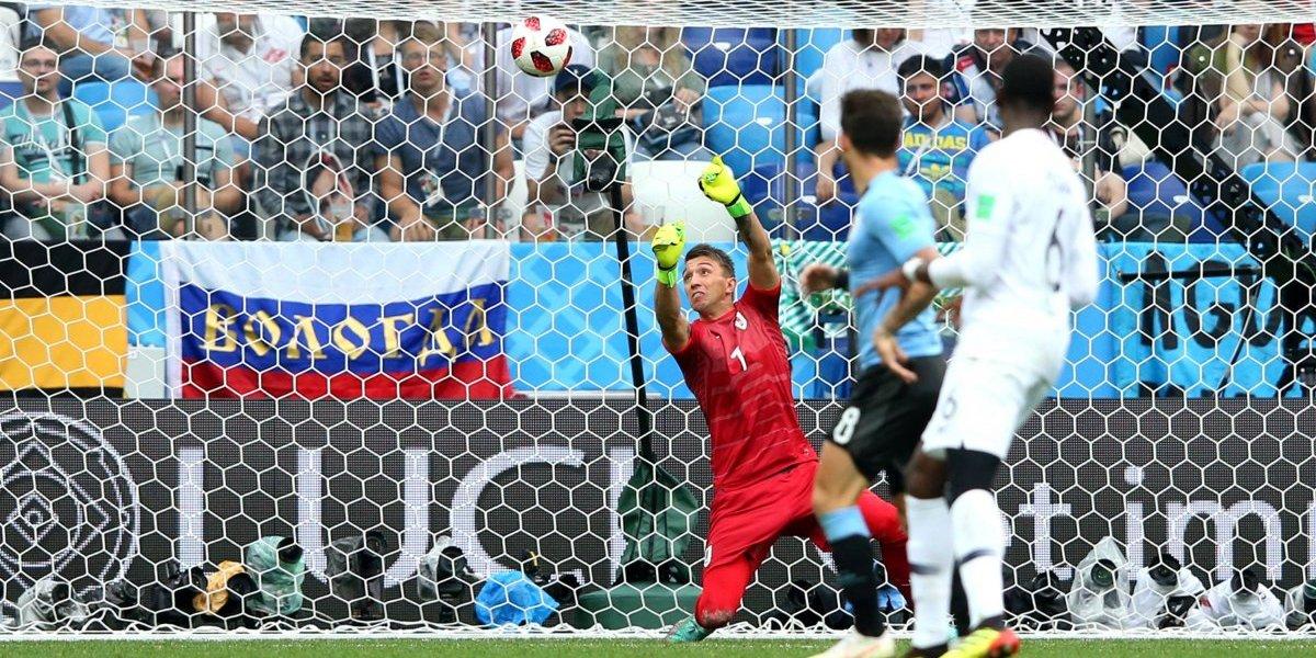 El error de Fernando Muslera hizo recordar la despedida de Marcelo Bielsa en la Roja