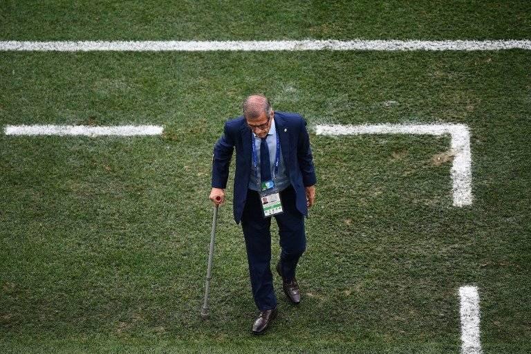 Tabárez en el momento que abandona el terreno de juego, tras finalizado el partido