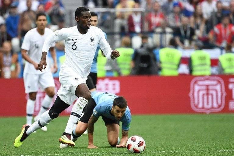 Paul Pogba conduce el balón durante el juego ante Uruguay