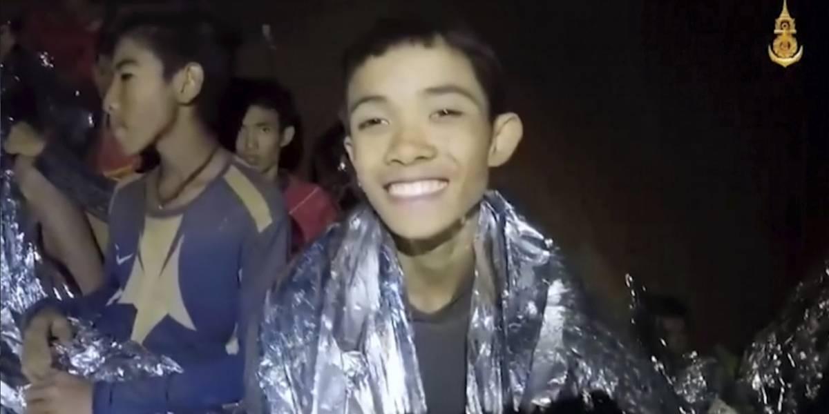 """""""Estamos bien"""", escriben niños atrapados en una cueva en Tailandia"""