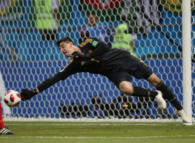 Courtois se estira para desviar el balón con uno de sus brazos