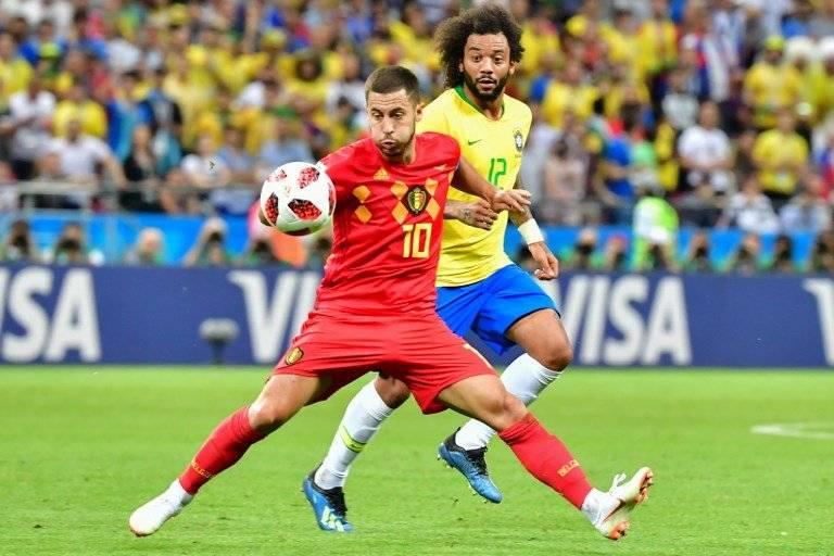 Eden Hazard domina el balón ante la presencia de Marcelo