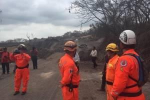 Condecoran a bomberos voluntarios que participaron en rescate por la erupción del volcán de Fuego.