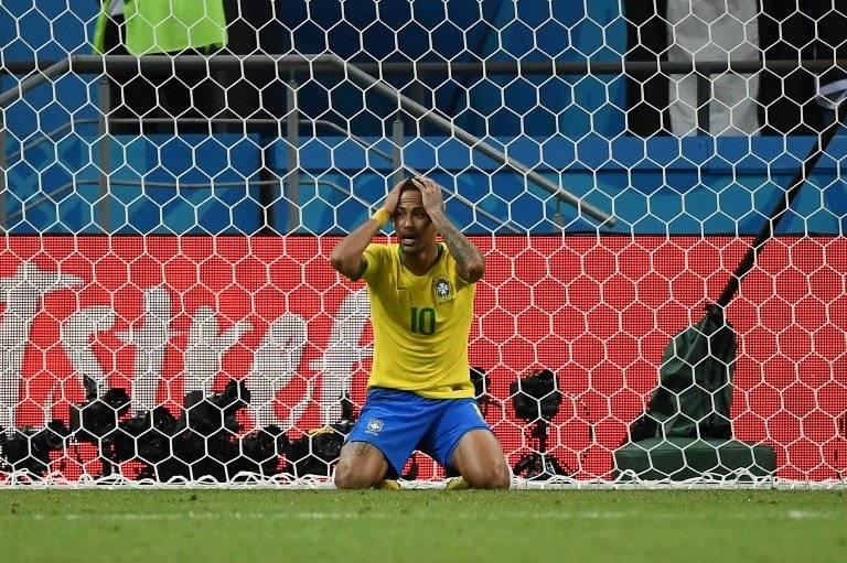 Neymar protesta en el suelo tras una falta que no se le fue cobrada