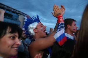 Un ruso aplaude tras una jugada del partido