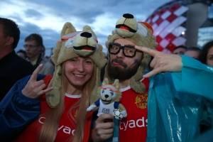 Una pareja de rusos lucen contentos previo al partido de su selección